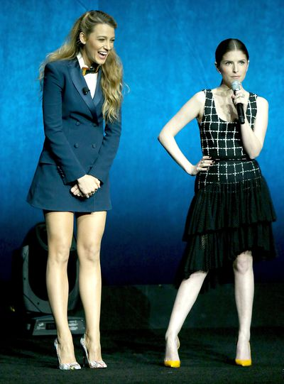 Anna and Blake give a demonstration in honour of their new movie 'A Simple Favour' while at a 2018 CinemaCon event in Las Vegas.