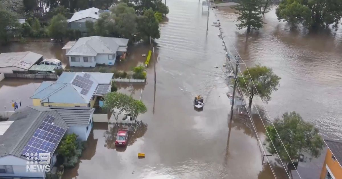 Evacuations at Kempsey on NSW Mid North Coast as river 'expected to burst banks any minute' – 9News