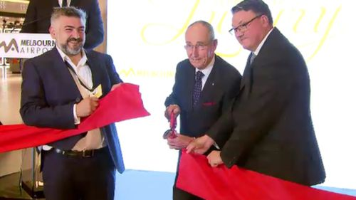 Andrew Gardiner (left), Melbourne Airport Chief of Retail, was on hand to cut the ribbon today. (9NEWS)