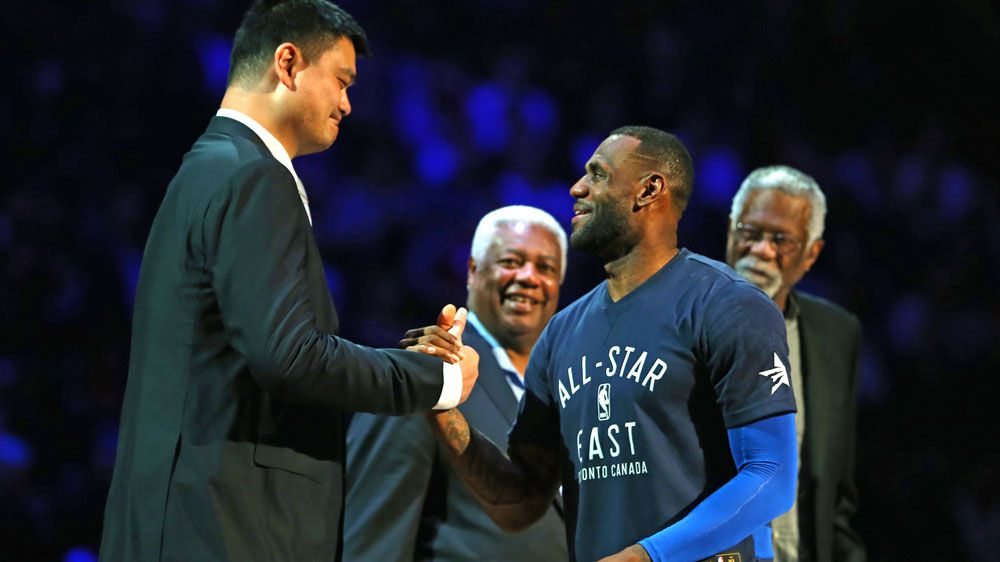 Yao Ming (L) meets LeBron James at an NBA All Stars match. (Getty-file)