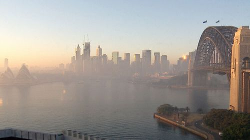 Sydneysiders urged to stay indoors as Australian bushfire smoke blankets city