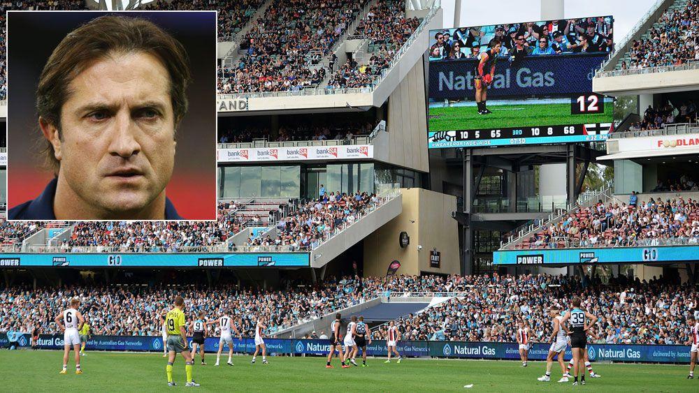 The AFL shot clock and (inset) Bulldogs coach Luke Beveridge. (Getty)