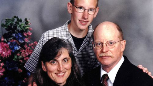 Kassig in a boyhood photo with his parents, Paula and Ed. (AAP)
