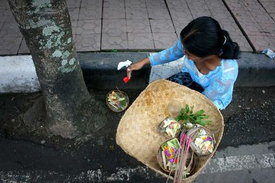 In Ubud, at the beginning of the day, Balinese make offerings everywhere, on the sidewalks, in front of the houses, shops and restaurants (Indonesia, 2008).