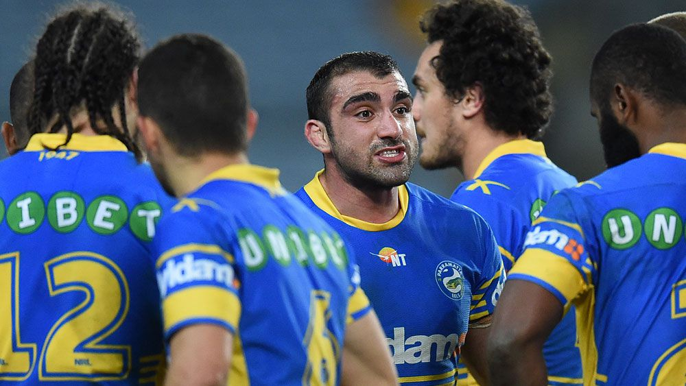 Tim Mannah (centre) addresses Parramatta players during a match in 2015. (AAP)