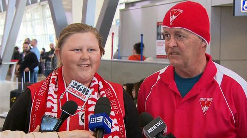 Jessica Marsh and Marty Cox are facing an anxious wait at Sydney Airport. (9NEWS)
