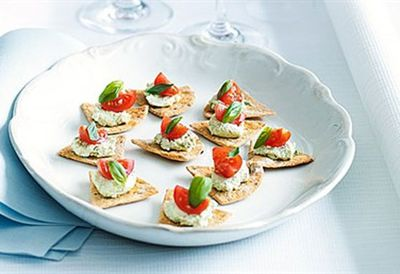 Goat's cheese, tomato and basil crisps