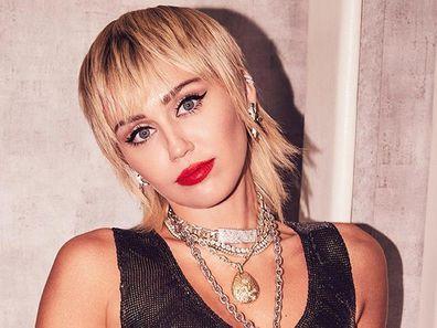 Miley Cyrus, selfie, backstage