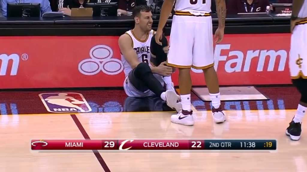 Bogut breaks leg in first game for Cavs