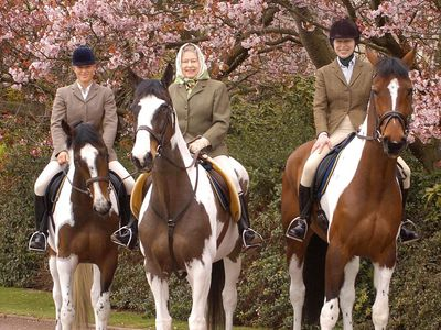Zara rides with Princess Anne and the Queen, 2004