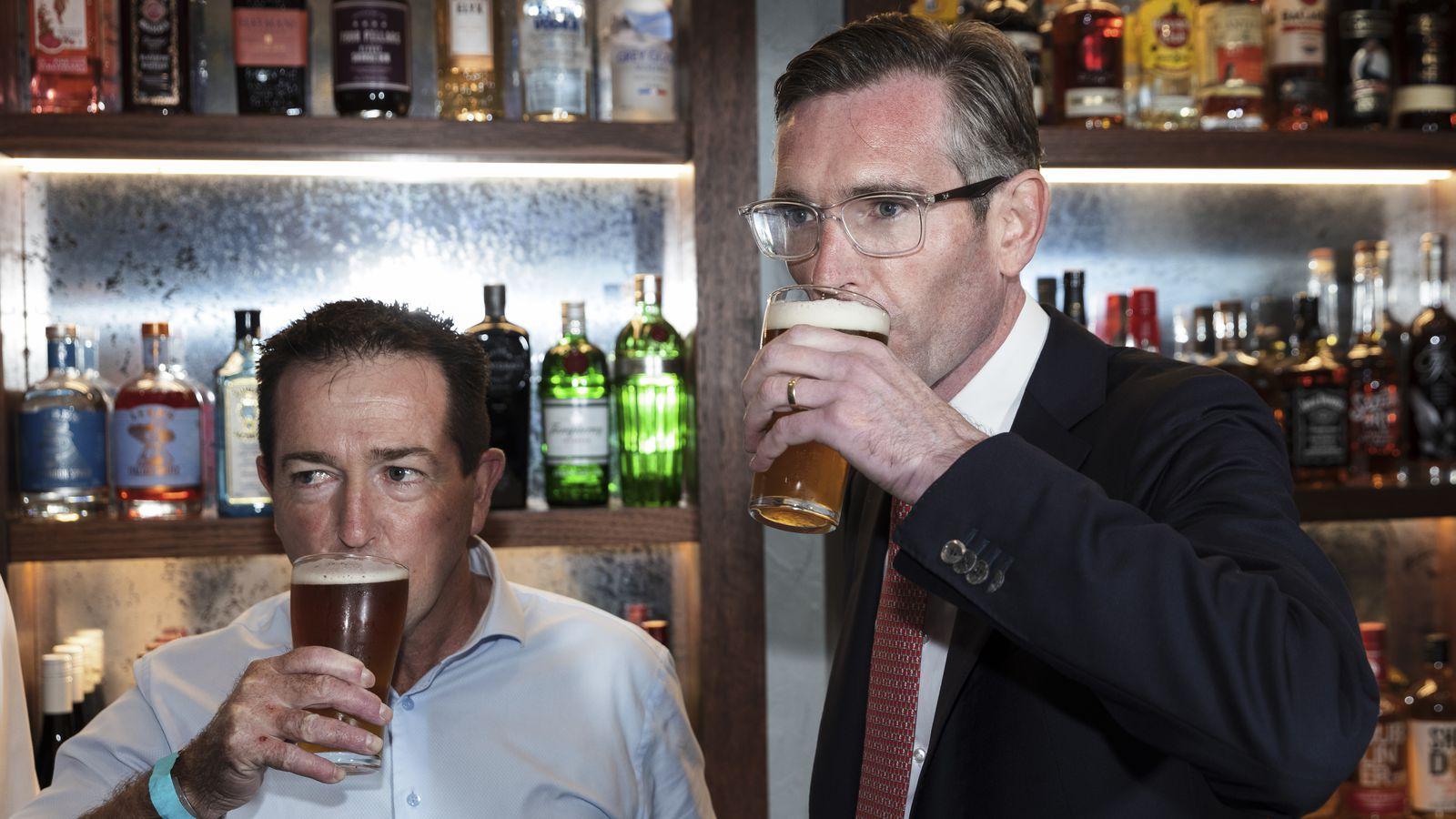 站着喝啤酒的新州州长佩洛特避免了被罚钱
