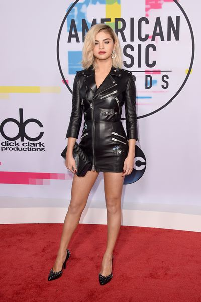 Selena Gomez once again showed off her risk-taking skills when she debuted a blonde bob cut at the American Music Awards in 2017