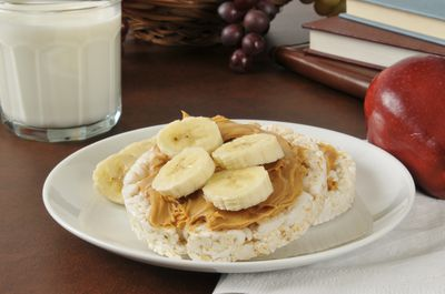 <strong>Banana, peanut butter and rice cake (115 calories)</strong>