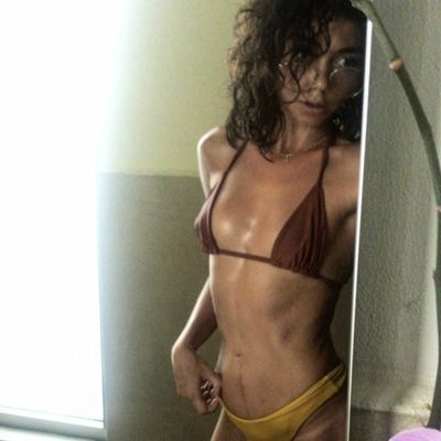 Sarah Hyland flaunts bikini body