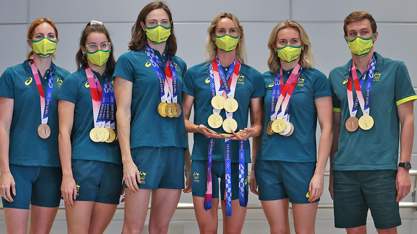 Medallists Emily Seebohm, Kaylee McKeown, Cate Campbell, Emma McKeon, Ariarne Titmus and Izaac Stubblety-Cook of Team Australia pose for a photo with their medals
