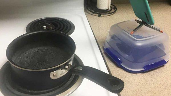 Lazy bro solves pasta boiling dilemma, wins Twitter