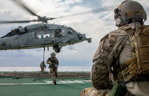 US soldiers rappel from a helicopter during the Keen Sword exercises in the Pacific. (US Navy).