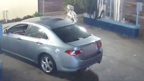 Robber attempts to steal car at Gold Coast carwash.