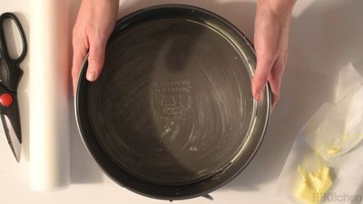 How to grease, flour and line a round cake pan