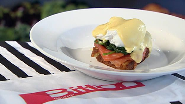 Brioche with poached eggs, smoked salmon & sauce
