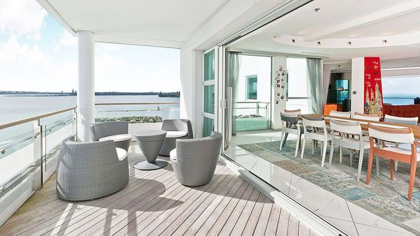 Viaduct apartment balcony and dining area (Holiday Houses)