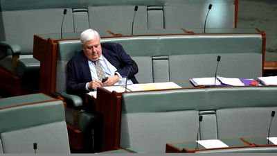 Clive Palmer texting in Parliament. (AAP)