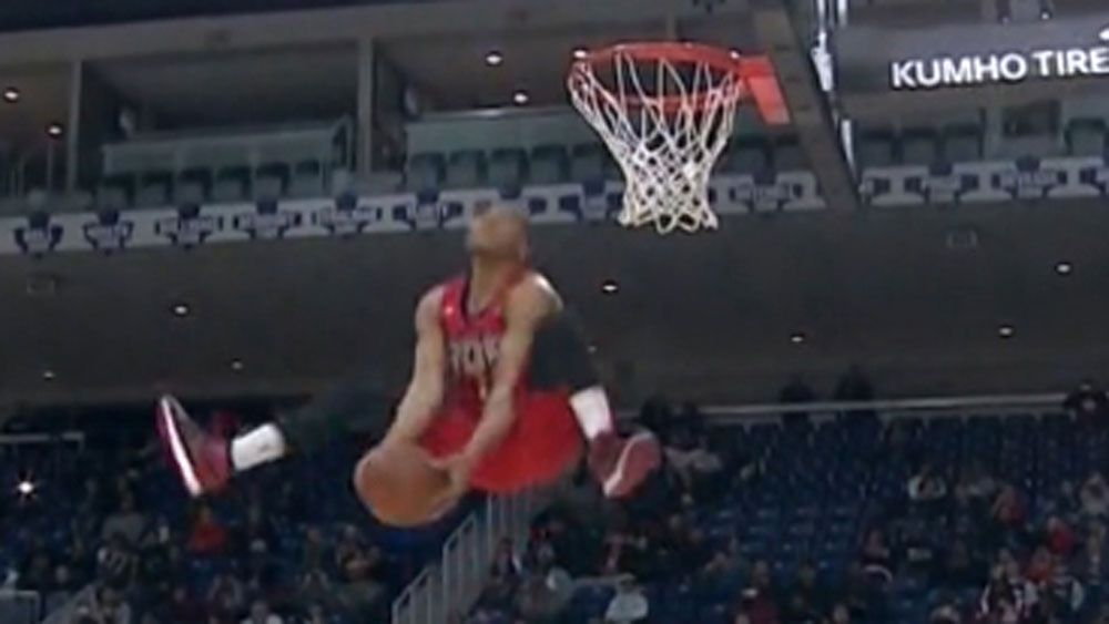 'Small' basketballer soars high to win dunk contest
