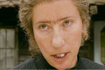 ou can hardly recognise the usually lovely Emma Thompson as she morphs into a warty, old nanny figure in <i>Nanny McPhee</i>, complete with a fake nose.