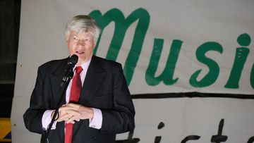 Human rights lawyer Geoffrey Robertson speaks at a vigil for Myuran Sukumaran and Andrew Chan. (AAP)