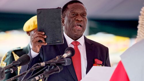 Emmerson Mnangagwa swears an oath as he becomes the new president of Zimbabwe. (AAP)