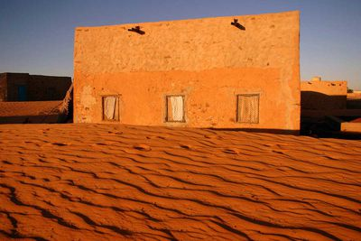 Home in Chinguetti invaded by the sand due to the advance of the desert (Mauritania, 2007).