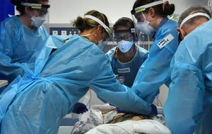 Victorian PPE shortage rejected by top Australian doctor