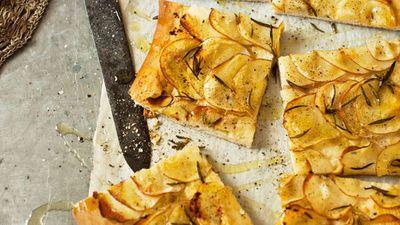"<a href=""http://kitchen.nine.com.au/2016/05/16/11/23/potato-and-rosemary-pizza"" target=""_top"">Potato and rosemary pizza</a>"