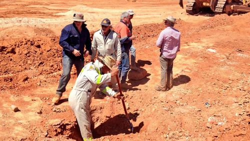Police remove backfill after identifying a mine shaft in search for Karen Williams' body in Coober Pedy. (9News)