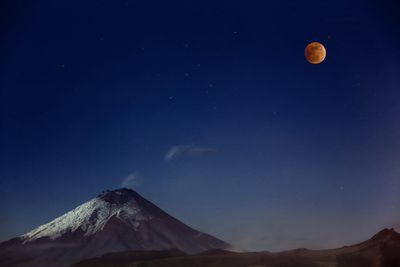 <strong>Victor Vargas 'Cotopaxi and Red Moon'</strong>