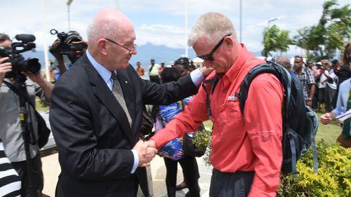 Sir Peter Cosgrove with Bouda in Papua New Guinea. (Simon Bouda/9NEWS)