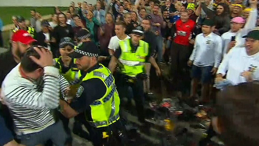 Ashes 2017: Ugly clash between cricket fans and police at Adelaide Oval