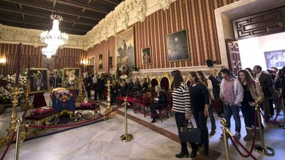 Dozens of mourners file into the Duchess' funeral chapel in Seville to farewell the outspoken, flamboyant noblewoman. (AAP)