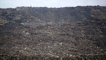 The mountain of rubbish outside Delhi. (AAP)