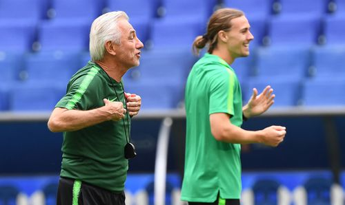 Bert van Marwijk and Jackson Irvine share a lighter moment at Socceroos training. (AAP)