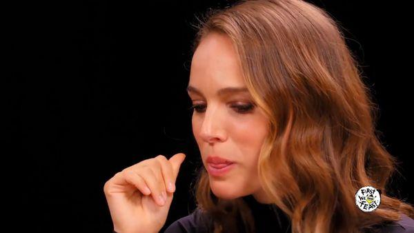 Natalie Portman tries Aussie mum's hot sauce