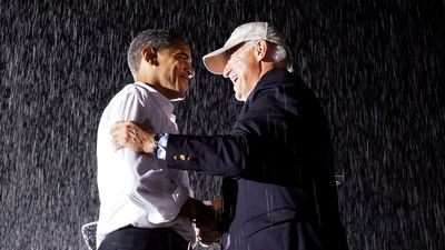 A rainy moment between a presidential candidate and his vice