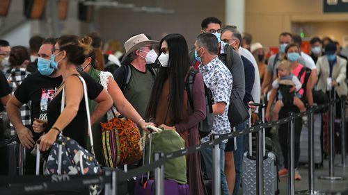 Penumpang mengantri untuk keberangkatan di Bandara Domestik Sydney di Sydney. 19 Des 2020