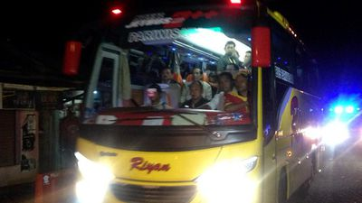 A bus load of Indonesian protesters arrived at Cilacap to rally against the executions. (9NEWS)