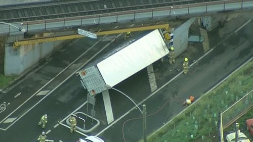 Driver freed after truck slams into Lloyd Street rail bridge in West Melbourne