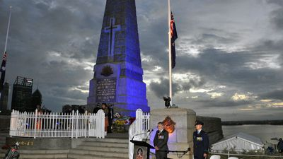 Wing Commander Peter Kershaw addresses the dawn service in Kings Park in Perth. (AAP)
