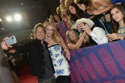 But before the awards kick off, super-cute couple Nicole and Keith take red carpet selfies with patient fans.