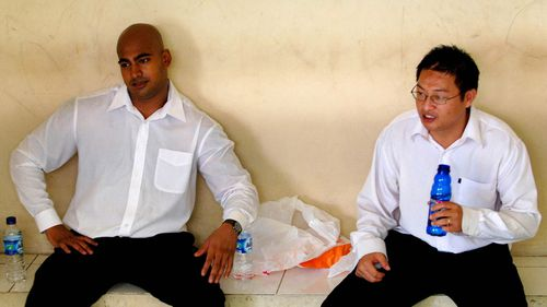 Bali Nine members Myuran Sukumaran and Andrew Chan in a holding cell at Denpasar Court in February 2006. (AAP)