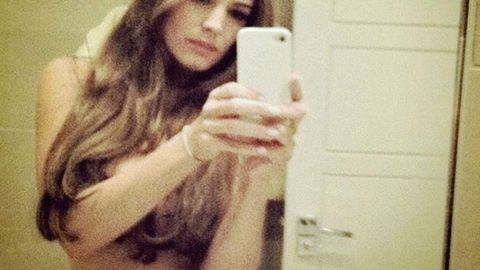 Kelly Brook goes nude to verify her Twitter account