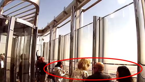 The viewing platform on the 148th floor of the Burj Khalifa, with no bar in the gap. (YouTube)